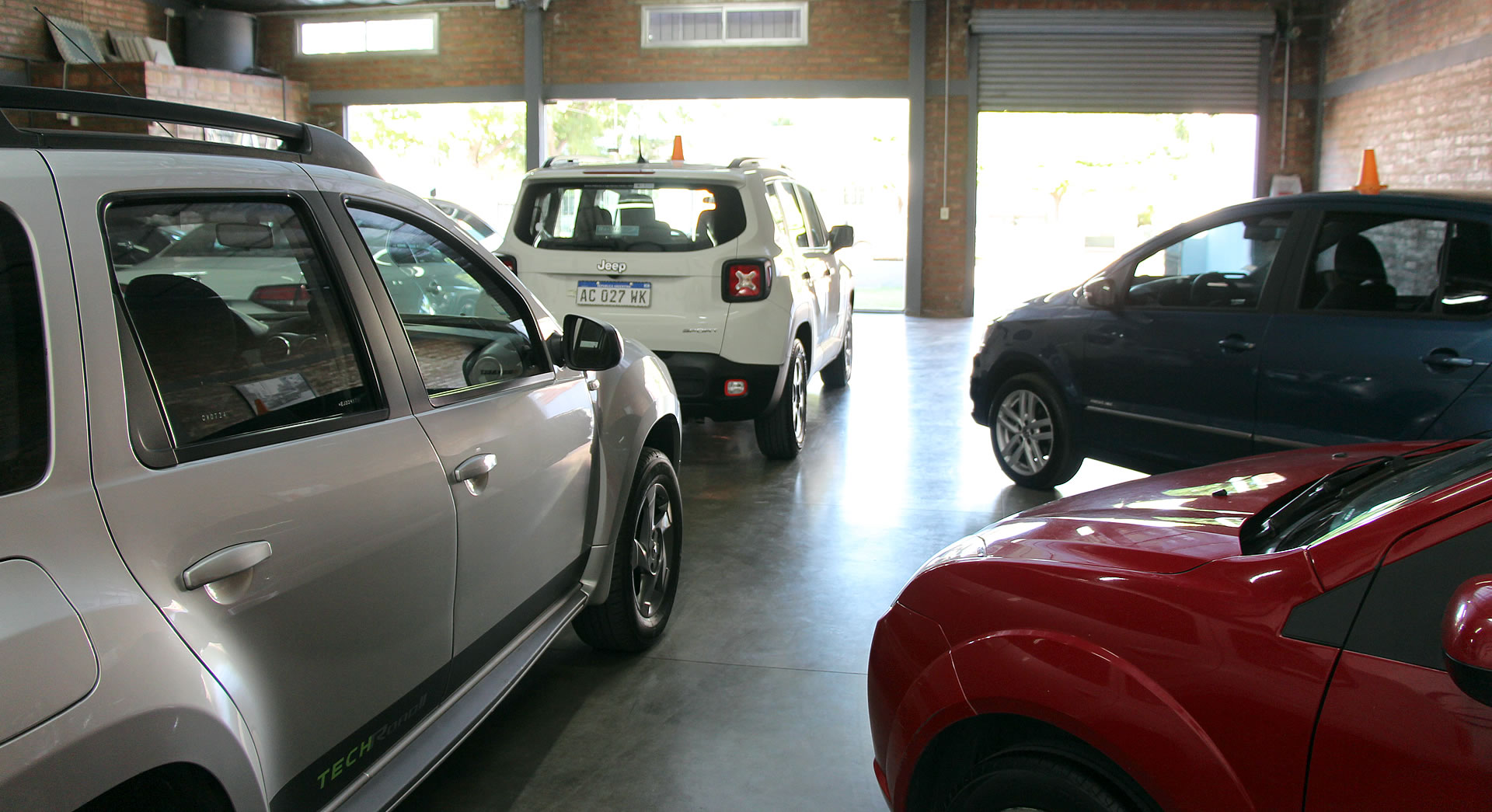 Berutto Automotores, otra foto del interior del local y autos